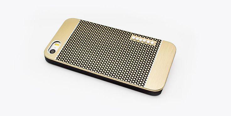 Brushed Metal und echte Swarovski® Steine machen dieses Case von Adoré zum Highlight für dein iPhone 5 und 5s.