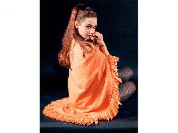 Raffaella Carrà nel 1965 con le gambe in vista per una rivista.
