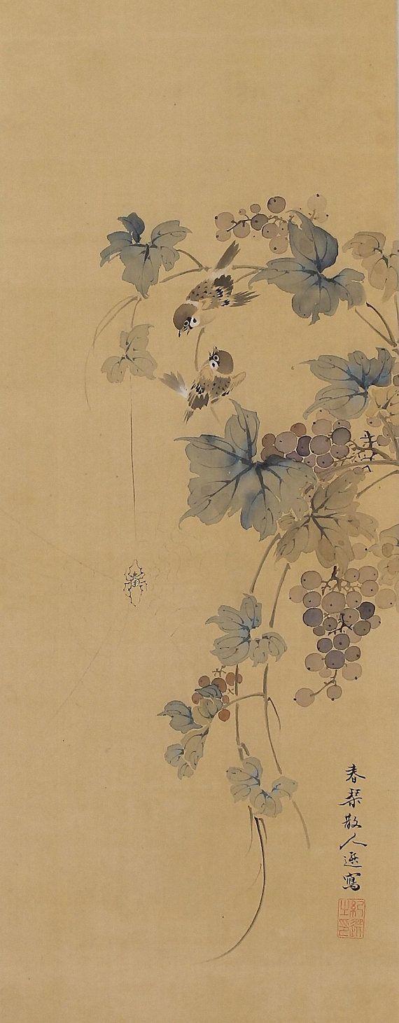 Un par de gorriones se posa en una vid. Pintado con tinta y pigmentos en seda. Shunkin de firmado y sellado. Urakami Shunkin (1779-1846) fue un pintor japonés Nanga (literatos sur) activo durante finales del período Edo (1603-1867). Él era el hijo mayor y una pupila de Uragami Gyokudo (1745-1820), de quien aprendió la pintura. Shunkin era también adepto en el pájaro y la flor, así como pinturas del paisaje. Él era también destacan en la caligrafía, la poesía así como un excelente valuador en…