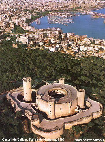 El castillo de Bellver es un castillo de estilo gótico mallorquín.Situado a unos tres kilómetros de Palma de Mallorca,en la isla de Mallorca España. Fue construido a principios del siglo XIV por el rey Jaime II de Mallorca. Se encuentra sobre un monte, desde donde se puede contemplar la ciudad, el puerto, y Pla de Mallorca. Su nombre viene del catalán antiguo bell veer, que significa «bella vista. Se trata de uno de los castillos de Europa de planta circular, siendo el más antiguo de…