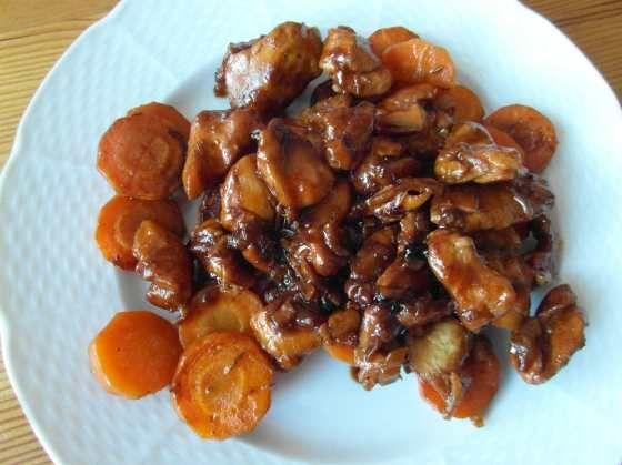 Kuřecí maso po vietnamsku se zázvorem a restovanou mrkví