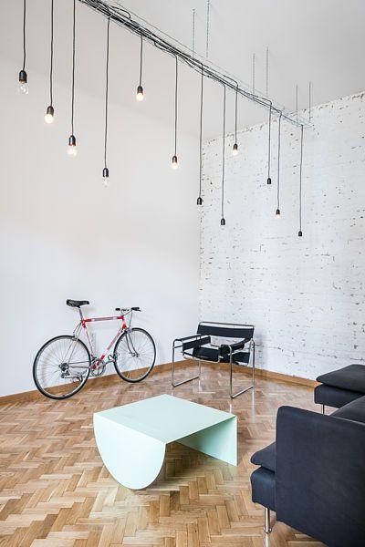 Pro interiér bytu je charakteristický lehce industriální styl.