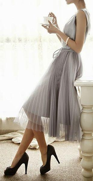 ワントーンカラーの王者グレーで上品で落ち着いた女性のコーデ。40代アラフォー女性におすすめのチュールプリーツスカートコーデ♪
