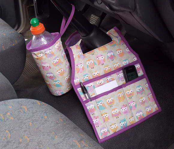 KIT CARRO:  LIXEIRA + PORTA TRECO + PORTA GARRAFA Um lado é para você colocar o lixinho e outro, com 3 bolsos, pode colocar óculos, carteira, celular, bloco de anotações, caneta, etc. O Porta garrafinha é térmico e tem alça que pode ser colocada no câmbio do carro. Cabe uma garrafinha de água de 500 ml,  refrigerante 600 ml ou latinha.  Produzidos em tecido 100% algodão e estruturados com manta. Totalmente laváveis.  Diversas estampas a sua escolha. Veja tecidos disponíveis em 'VER ...