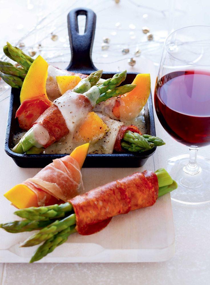 De plus en plus, la #raclette est pour plusieurs le choix idéal pour recevoir aux fêtes. Voyez la liste des incontournables à avoir pour une soirée raclette réussie! #Noel #party