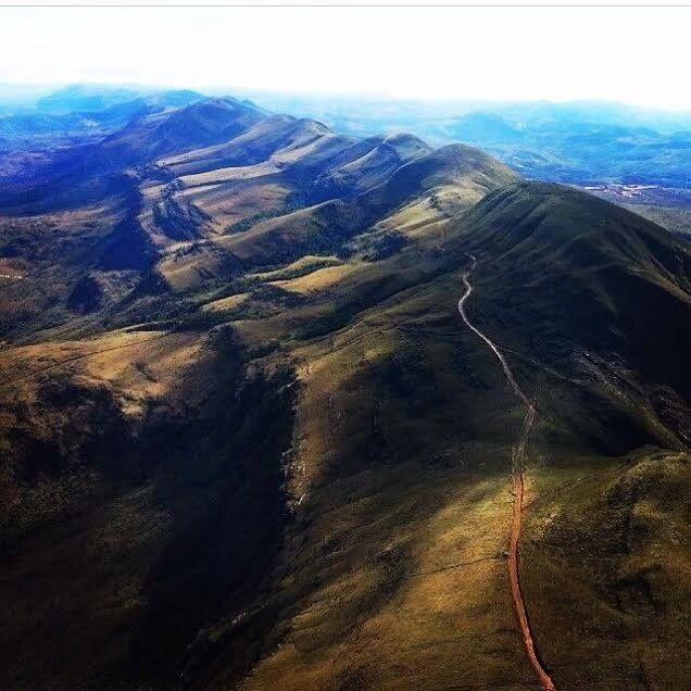 Vista aérea da Serra da Moeda, na região central de Minas Gerais, em foto feita por nosso leitor Elias Costa #Brasil #Brazil #SerradaMoeda #MinasGerais #vista #landscape #picture #photo #fotografia #natureza #nature #estrada