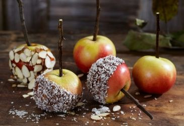 Glaserte epler med kokos og mandelflak. Oppskrift fra frukt.no.