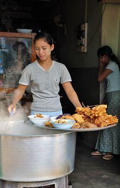 屋台や露天で食事するのもいい。ヤンゴン旅行の観光アイデア。
