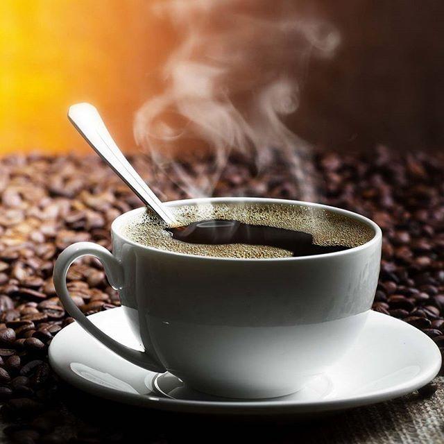 Американо — это кофе эспрессо, дополнительно разбавленный водой. Рецепт и название напиток получил как пренебрежительное название «не настоящего» эспрессо, придуманное итальянцами, чтобы подчеркнуть плохой вкус американцев в области кофе, которые не любилиоригинальный эспрессо из-за его крепости. #американо #эспрессо #кофе #кофеминск #утро #работа #утреннийкофе #кофейня #кофейни #минск #ароматныйкофе #вкусныйкофе #кафе #кафеминск #лучшийкофе #кофессобой #беларусь #coffee #bestcoffee
