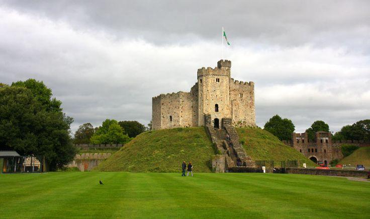 En pleno centro de la ciudad, el lugar que ocupa del Castillo de Cardiff empezó siendo un fuerte romano y con el tiempo se convirtió en una mezcla de edificios de diferentes periodos. Cardiff en 10 paseos (Gales)