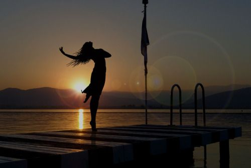 Bir yaz günü, gün doğumunda, hafif rüzgar eser ya ansızın..İçinden dans etmek gelir ya çocuklar gibi..Ürkek kelebekleri salarsın taa içerden bir yerlerden..Bir melodi çalınır kulağına, kimsenin duymadığı, bilmediği..Hayallerinle başbaşa kalmak için en güzel andır o..Sadece sen varsındır.. sadece..Etrafta kimse yokken yalnız değilsindir üstelik..Tüm sevdiklerin tam da oracıktadır..Kalbinde..Dudağından dökülen tek cümle ise..İyi ki varsın…………..ilsueInstagram photos | ilsueFethiye, Muğla…