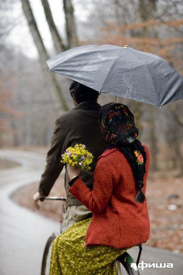 Sen gidiyorsun,tozlar içinde kayboluyorsun Ben sözümden çıkmadım sen de sözünden çıkma  Bu defa öyle döndün ki sonsuza dek birlikte olacağız Şimdi ne zaman yağmur yağsa çiçekli başörtümü örtüyorum Kırmızı yeleğim ve o çiçekler ki, sen benim için getirmiştin  Bisikletin önünde sen oturuyorsun, arkasında ben Bisiklet ilerledikçe o eski günlere geri dönüyorum.. Heiran (2009)