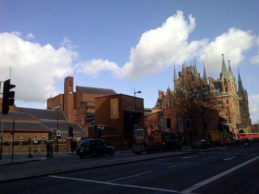 英国図書館セントパンクラス館(コリン・セント・ジョン・ウィルソン)  は、大きな三つのゾーンからなり、前庭から入る中央ゾーンは、傾斜屋根により高い天井高を有し、中央にガラス張りの積層式書架形式のライブラリーがある。