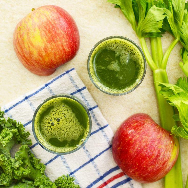 Juice - selleri, äpple och grönkål. En juice som kan ge dig lite extra energi! ☀️Receptet finns i meny 20. 😊  www.allaater.se