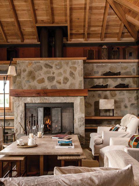 Living de una estancia en la Patagonia. Mesa central con tapa de cuero de vaca sin pelo (de Arte Étnico Argentino), chimenea y lámparas geométricas (de La Ferme).