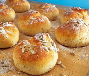 En smakrik och luftig fiberfralla för alla glutenintoleranta som du ger en fin knaprighet med lite solrosfrön på toppen. Detta glutenfria bröd kan du forma efter smak, till frallor eller avlånga bullar.