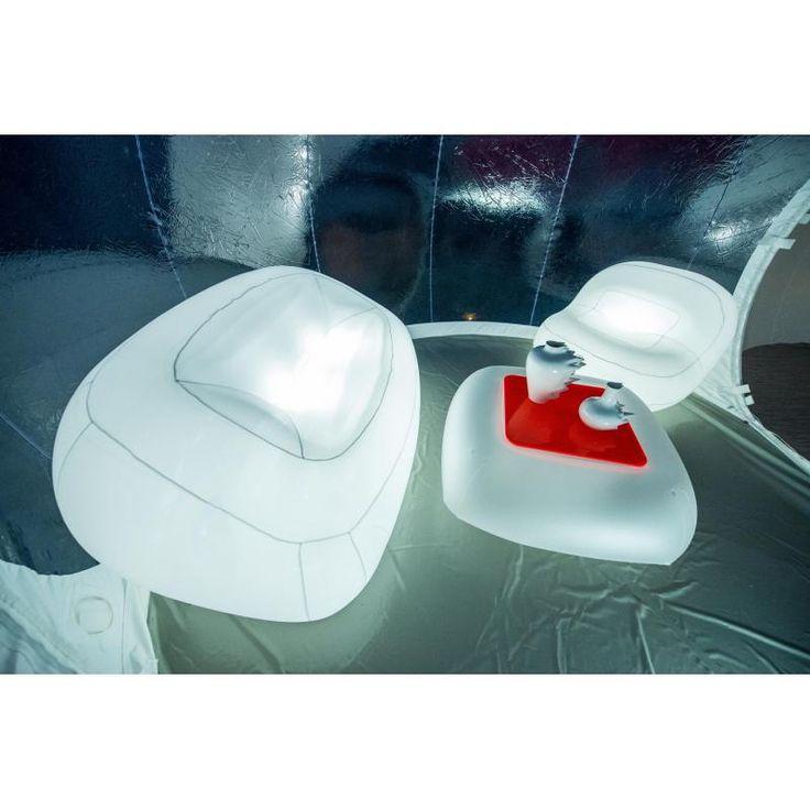 """Le """"canapé 3 places"""" de la la marque FUGU. Le canapé n'est pas non seulement un meuble gonflé mais également un meuble propre vis-à-vis de l'environnement (produits 100% recyclables) et durables. Les meubles gonflables FUGU peuvent aussi s'illuminer."""