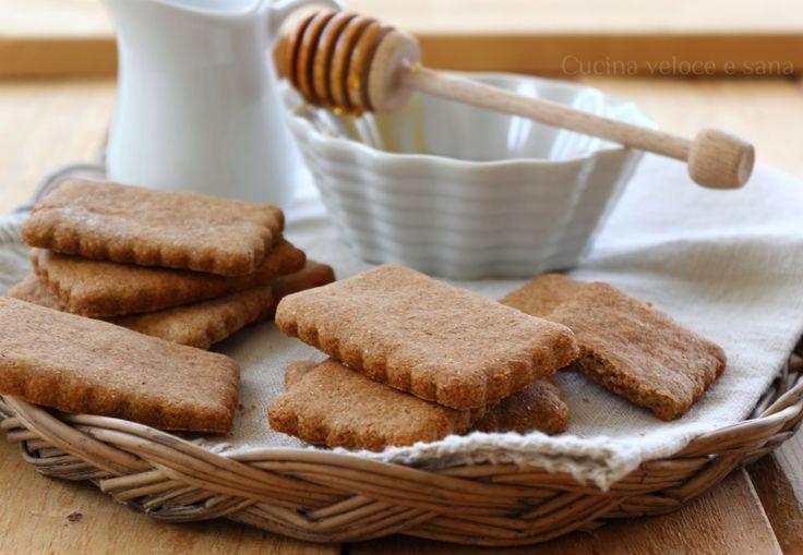 Biscotti integrali al miele, rustici, perfetti per iniziare bene la giornata. Se siete amanti delle colazioni e salutari, dovete provare questi biscottini,