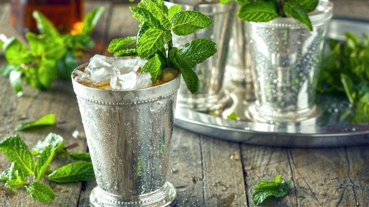 Mint Julep in coppe di argento, cocktail con whiskey e menta, cocktail americano