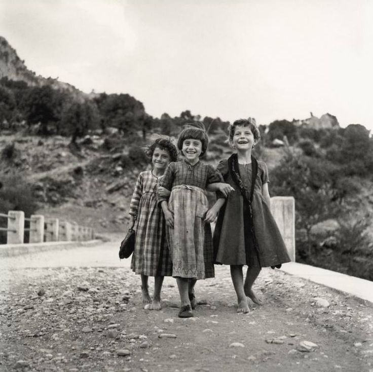 Robert McCabe .Στην Ηπειρο το 1961,μία παρέα κοριτσιών
