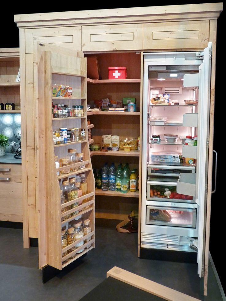 Atelier culinaire , cuisine chêne massif clair,  étagère, contre-porte, cellier, réfrigérateur, astuce rangement, placard intelligent , meuble haut