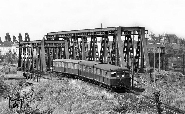 1968 Ein S-Bahnzug aus Richtung Wollankstrasse an den Grenzanlagen in der Naehe des S-Bahnhofs Bornholmerstrasse
