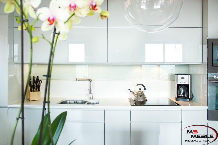 Białe lakierowane fronty - efektowne, ale też łatwe do utrzymania w czystości.