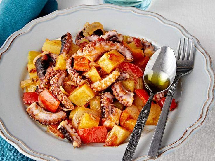 polpo in umido con peperoni e patate. Una ricetta che richiede una preparazione semplice ma in grado di garantire a tavola un sicuro successo. A suggerirci come preparare un perfetto polpo in umido con peperoni e patate è lo chef…