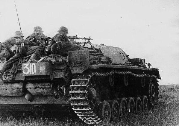 Panzergrenadier soldaten mit Leichtem MG 34  von oben kä  mpfen Sturmgeschütz Stu.G.III