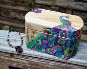 Joyero de recuerdo baratija con ardiente de madera pirograbado y pintado del pavo real