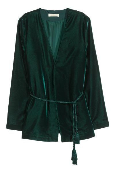 Fluwelen jasje: Een gevoerd, fluwelen jasje met lange, uitlopende mouwen en een gedraaid strikkoordje rond de taille. Zonder sluiting.