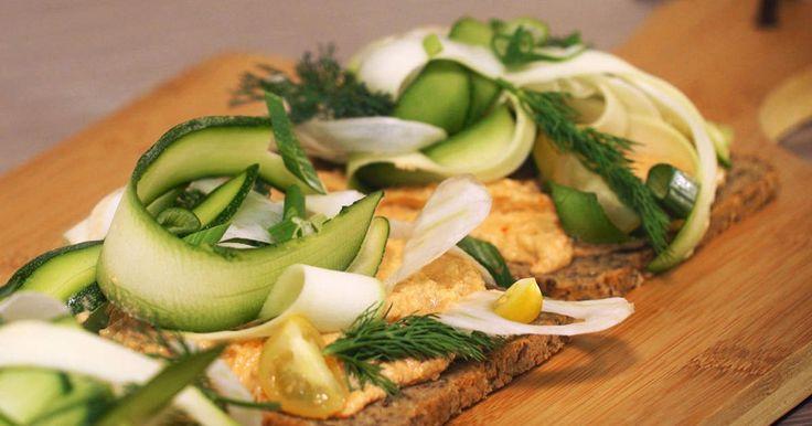 En riktigt lyxig smörgås till matigt mellanmål eller lättare lunch. Gör en vegansk cashewdipp och servera på glutenfritt bröd, toppa med fänkål, zucchini, lök, dill och tomat.