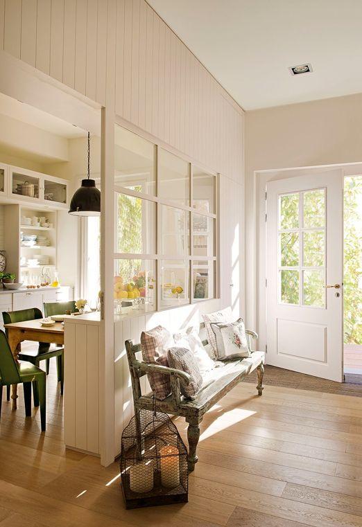 Entrada con cocina a la vista separada por cuarterones de cristal. Lo que quiero hacer en mi piso!!!