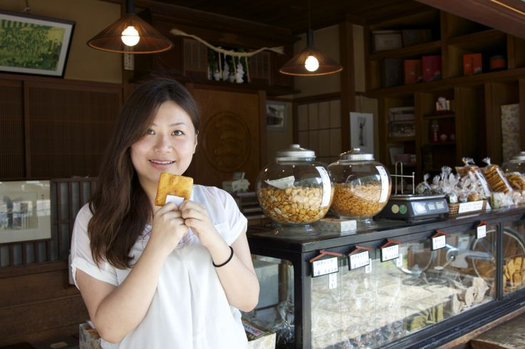 Ashley-chan during the YaNaSe outing. Senbei shop in Sendagi.