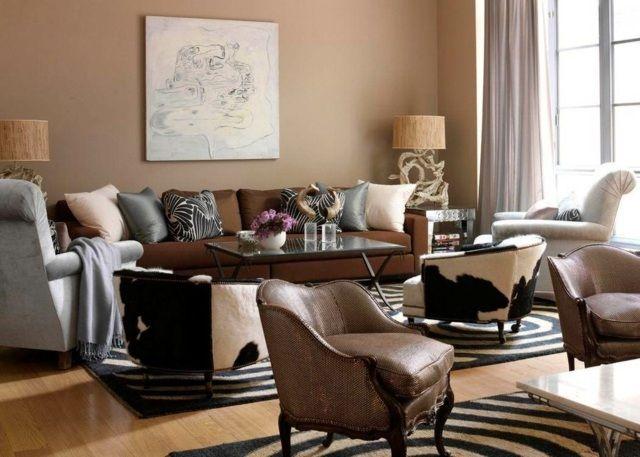 un mur en marron clair et un canapé marron dans le salon