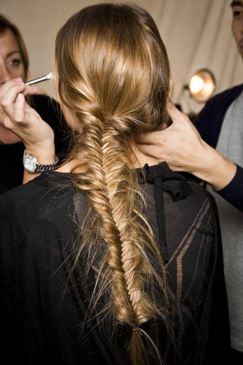Trenza en forma de espiga un poco despeinada. Peinado ideal para cualquier evento.