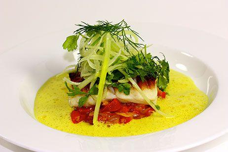 """Langefilet """"Basquaise"""" med karrysauce på salat af fennikel og æbler"""