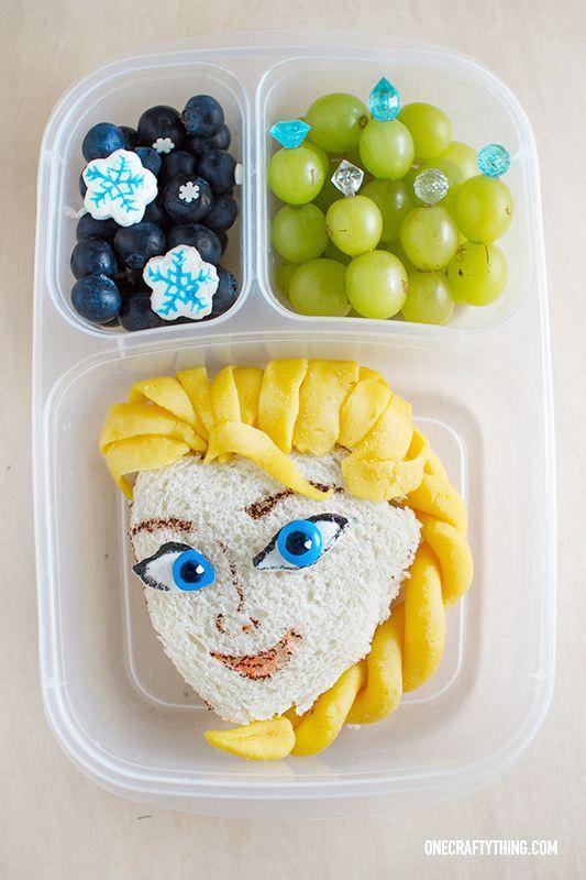Fruta película Frozen. Sandwitx Elsa con pan de molde y queso acompañado de uva