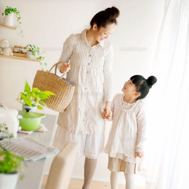 買い物に出かける母娘 (c)hororo style