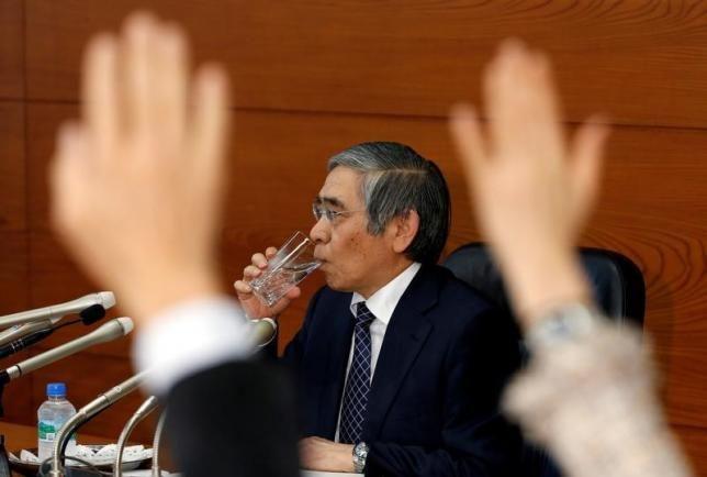12月20日、日銀の黒田東彦総裁(写真)が2%の物価目標達成を最優先に長期金利のゼロ%固定を長期化させる方針を明確化し、市場関係者の多くは日米長期金利のギャップ拡大に注目したようだ。11月撮影(2016年 ロイター/Kim Kyung-Hoon)