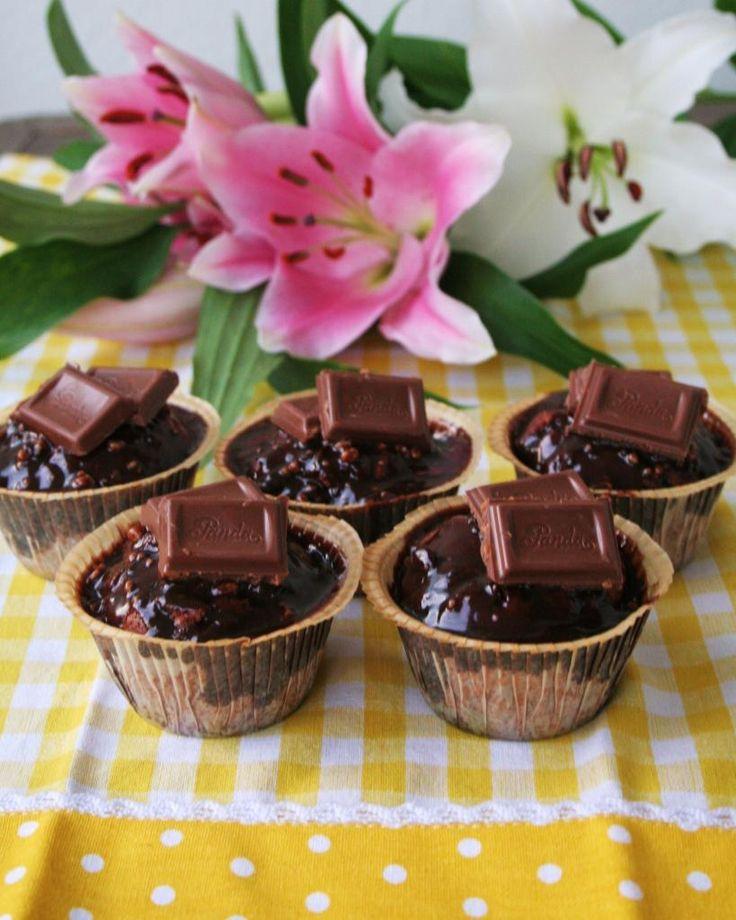 Kolmen suklaan muffinssit   Keltaisessa keittiössähttp://www.rantapallo.fi/keltaisessakeittiossa/2013/10/05/kolmen-suklaan-muffinssit/ #resepti #muffinssit