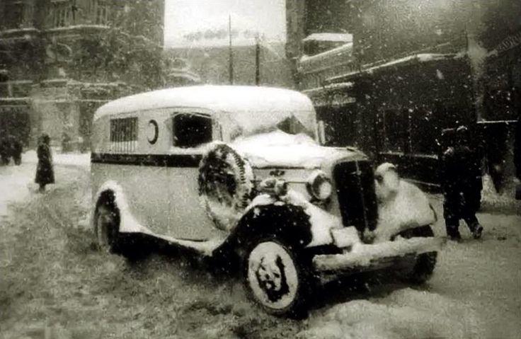 Soğuk bir gün, Istanbul ve bir ambulans (1940lı yıllar) ( Selahattin Giz) #istanbul #ambulans #istanlook