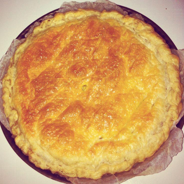 Ingrédients : -2 pâtes feuilletées -220 gr de poudre d'amande -90 gr de sucre blond en poudre -20 gr de poudre impérial (Custard Powder de la marque Bird's) -3 CàS de crème d'avoine liquide (ou de soja) -75 gr de margarine végétale -1 fève et une couronne (optionnel) Mélanger la poudre d'amande, le sucre et …