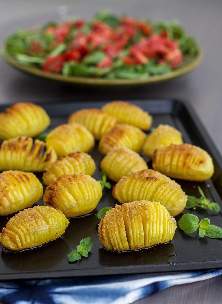 Hasselbackspotatis är en favorit som är ett riktigt gott tillbehör till maten. Krispiga ugnsbakade potatisar som passar fint att servera till det mesta. Lika uppskattade att avnjutas till vardags som till fest. 4 portioner hasselbackspotatis 8potatisar (välj fast potatis) Ca 25 g smör 4 msk ströbröd eller riven ost Salt & peppar Gör såhär: Värm …