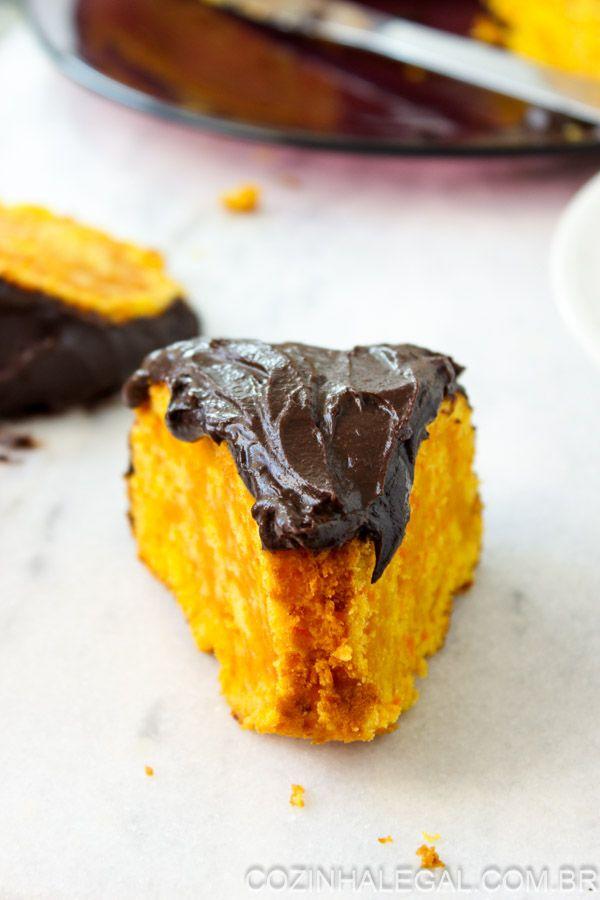 Bolo de cenoura cremoso com cobertura de chocolate
