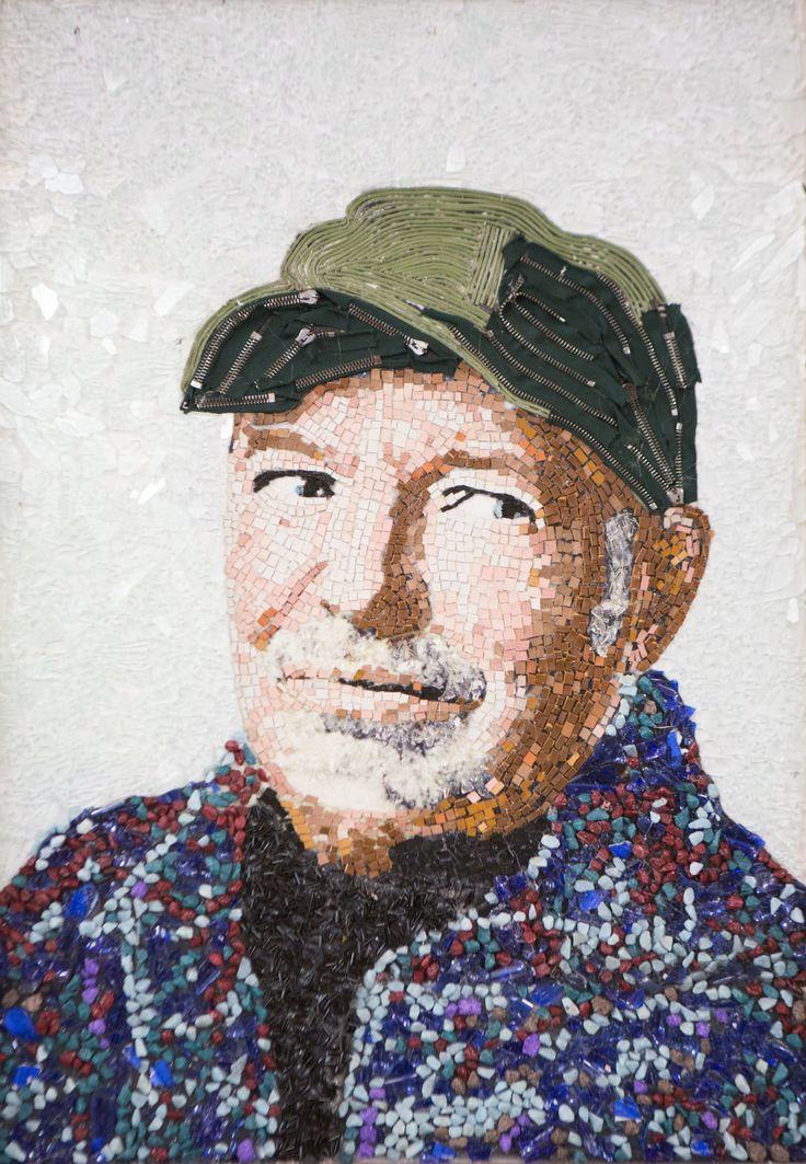 Il ritratto di Vasco Rossi prende forma dai rifiuti.