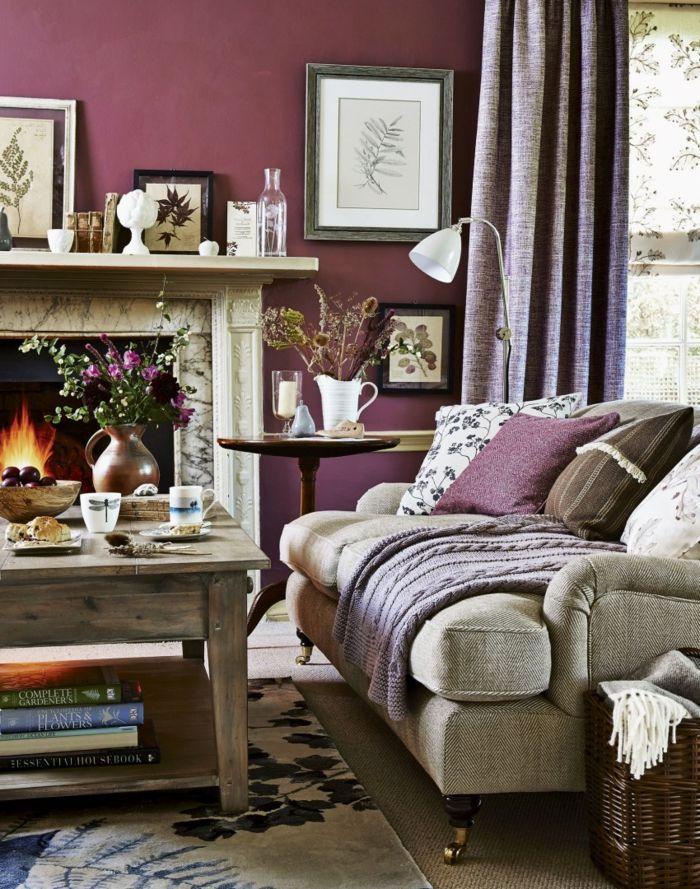 landhausstil wohnzimmer lila wandgestaltung kamin teppichmuster gardinen
