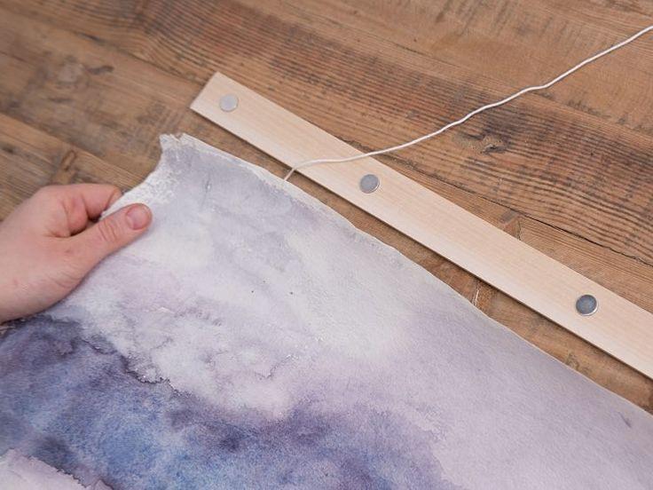 DIY: eenvoudige lijst maken voor aquarel-doek. Geklemd tussen 2 latten met meerdere magneetknopjes. via DaWanda.com