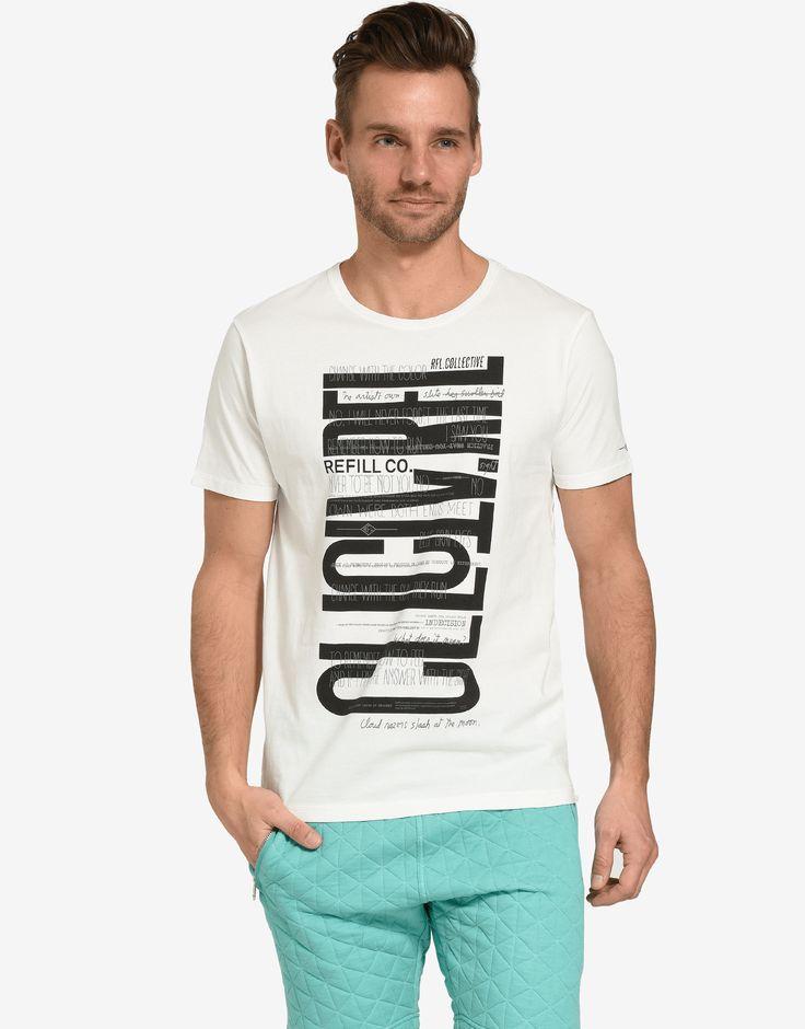 Dit witte heren T-shirt wordt gekenmerkt door de opdruk aan de voorkant. De grafische tekstprint geeft het basic shirt een coole afwerking. Het item is gemaakt van een comfortabele katoenmix en is voorzien van een ronde hals en korte mouwen. Gemakkelijk te matchen met zijn favoriete jeans.