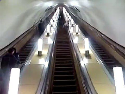 彼は地下鉄に頭を強打しました